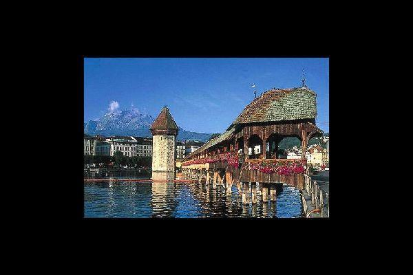 Le pont de Lucerne est la principale attraction de la ville. Avec le Cervin, c'est l'élément le plus photographié de Suisse.