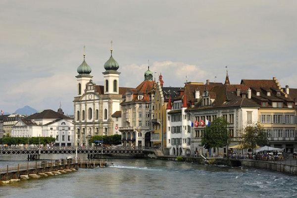 Lucerne se situe au bord du deuxième lac de la Confédération en termes d'étendue, le lac des Quatre Cantons.