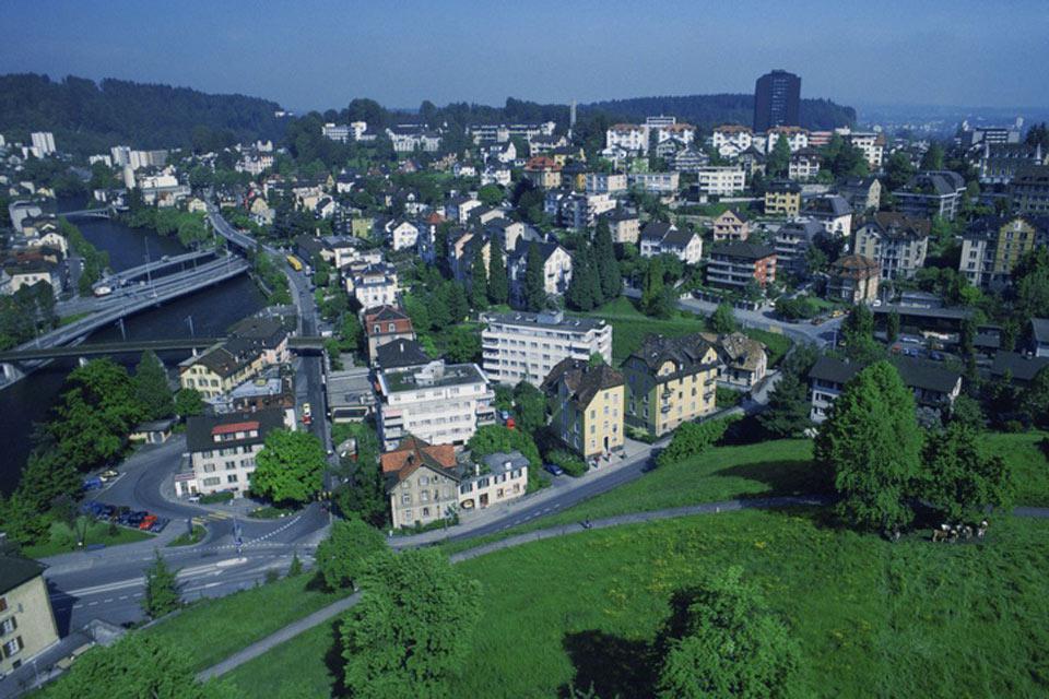 Lucerna si trova ai piedi delle Alpi. Il rilievo montuso appare non appena si esce dalla città.