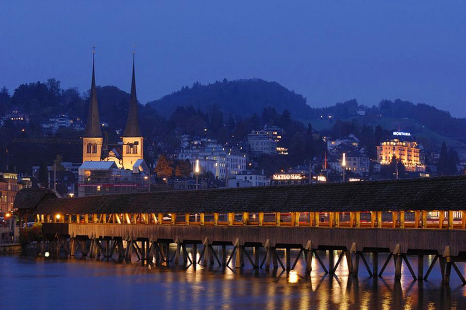 Lungo 204 metri, si tratta del più antico ponte coperto in legno d'Europa. Un incendio ne ha distrutto una parte nel 1993.