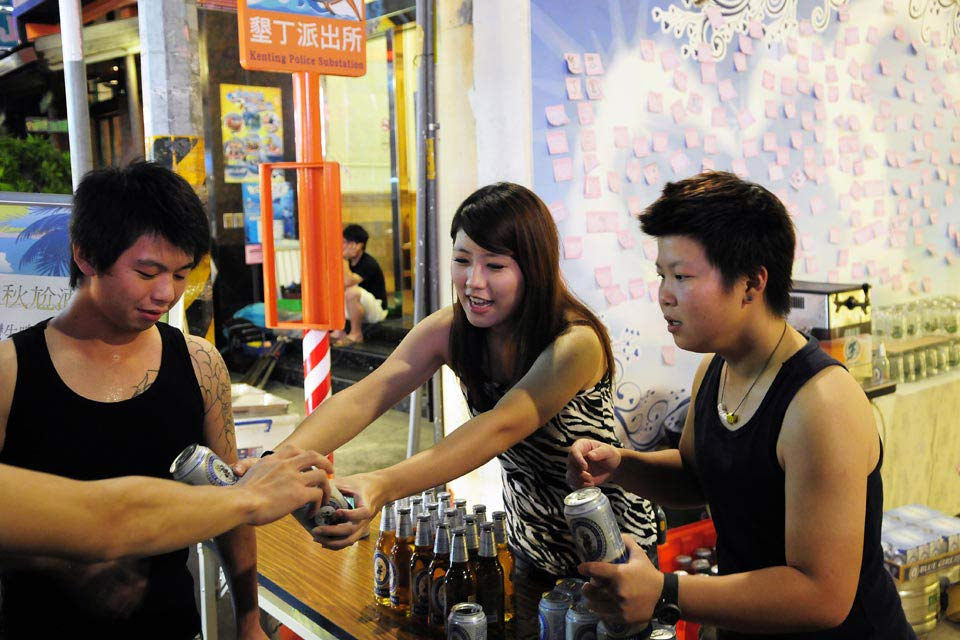 Beer contests are popular in Kenting's night markets!