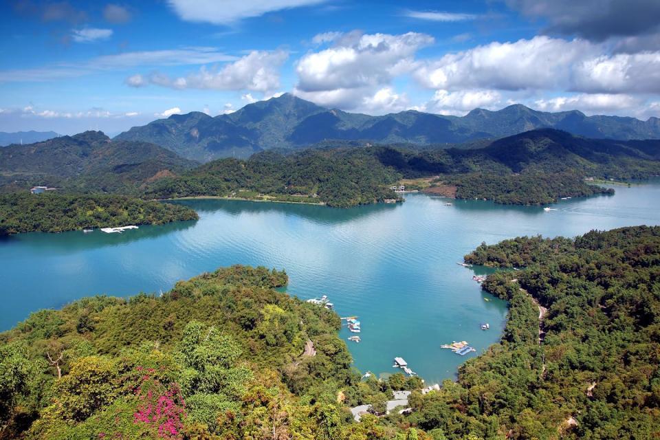 Situado en el centro de Taiwán, el lago de la Luna y del Sol, el más conocido de la isla, ofrece paisajes bucólicos dignos de una estampa china: rodeado de montañas cubiertas de bosques de bambúes y de cerezos en flor de los que se desprende una atmósfera de lo más mágica. Las aguas cristalinas y tranquilas del gran lago de Taiwán (8 km²) reflejan las montañas del entorno cuyas cumbres quedan ocultas ...