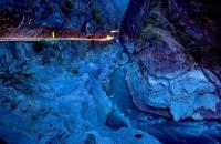 Le parc national de Taroko est un ancien territoire des aborigènes qui se réfugiaient dans cette contrée longtemps inaccessible. Il offre un spectacle grandiose le long des 19 km d'une route sinueuse reliant la côte Pacifique jusqu'au cœur de la montagne dans des paysages époustouflants. Plusieurs étapes méritent une halte en chemin. Premier arrêt au sanctuaire de l'Eternal Spring (la source éternelle), ...