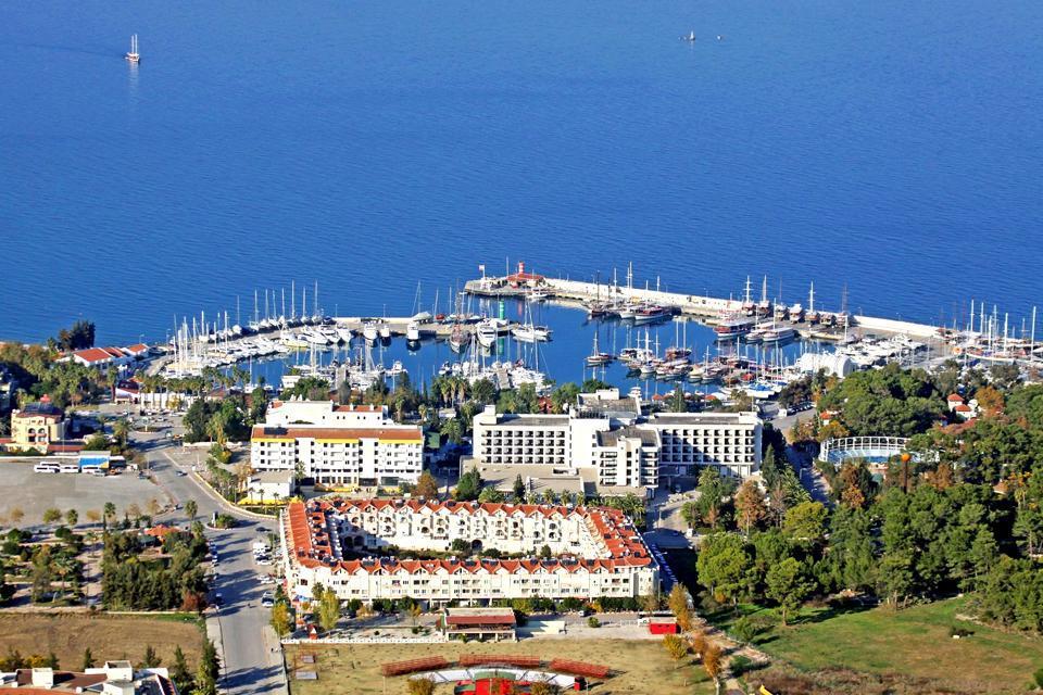 Kemer,  petit village balnéaire situé à une cinquantaine de kilomètres d'Antalya, ne présente pas, à première vue, un grand intérêt. Mais à première vue seulement ! Il vous faudra remonter la rue piétonne principale jusqu'au port et traverser le parc de la Lune pour enfin découvrir son charme : c'est derrière ce parc que s'étire une magnifique crique où s'établit le premier Club Med de Turquie. L'anse ...