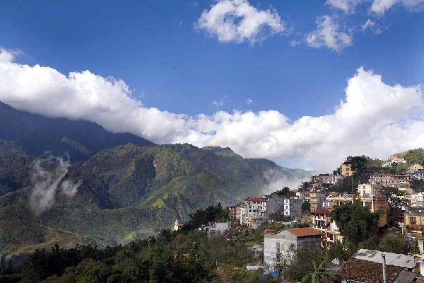 A 1.650 metri di altitudine, il villaggio di Sapa si trova nella regione denominata le Alpi di Tonkin. I paesaggi tipici delle risaie a terrazza e la popolazione composta prevalentemente da etnie minoritarie come i Daos e gli H'mong hanno costituito la reputazione di questa regione montuosa del nord Vietnam. Divenuta una destinazione turistica, ha perso un po' del suo fascino, in particolare perché ...