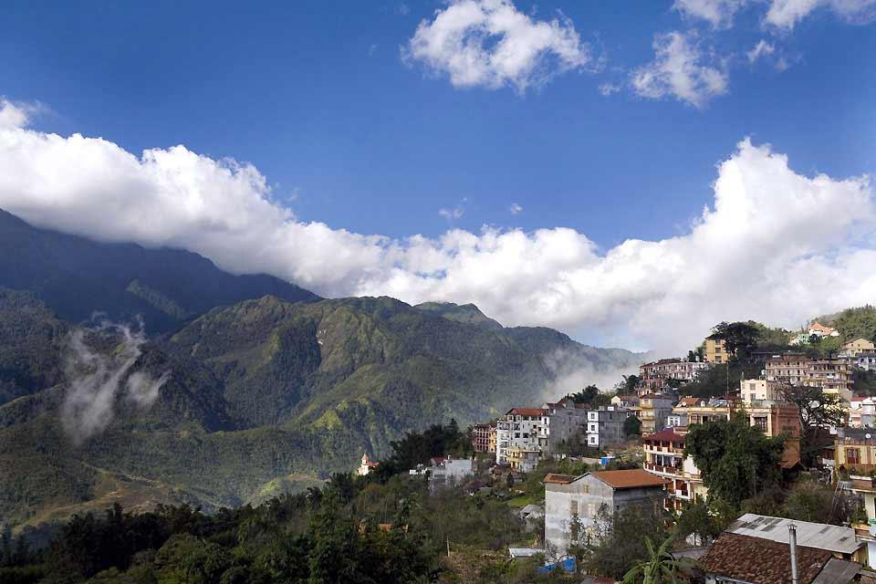A 1650 mètres d'altitude, le village de Sapa se situe dans la région appelée autrefois les Alpes de Tonkin. Les paysages typiques de rizières en terrasse et la population majoritairement composée d'ethnies minoritaires telles que les Daos et les H'mongs font la réputation de cette région montagneuse du nord du Vietnam. Désormais touristique, elle a perdue un peu de son charme notamment à cause de nombreuses ...