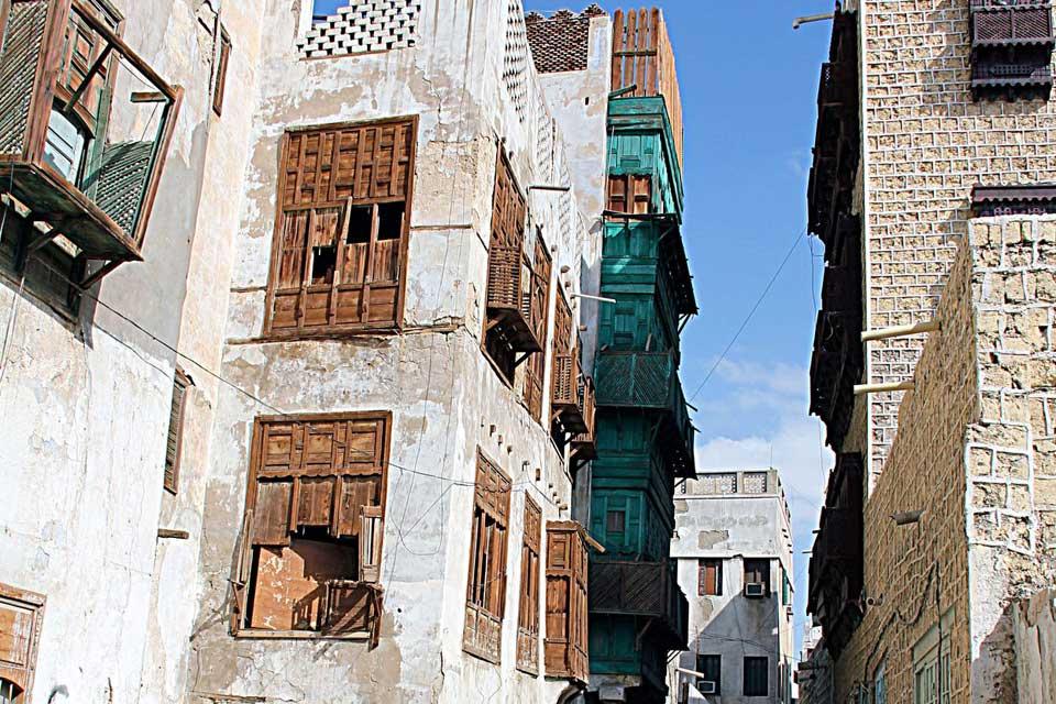 Au bord de la mer Rouge, Djeddah est la plus agréable des grandes cités saoudiennes. Bien qu'elle ait succombé à la modernité, elle a su préserver quelques-unes de ses anciennes maisons du XVIIIe siècle, construites en corail. Vous les verrez, en vous promenant à l'intérieur de l'enceinte, qui délimite la Vieille Ville. Le Musée municipal est d'ailleurs un très bel exemple de cette architecture atypique. ...