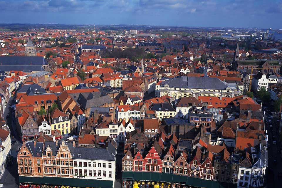 Piccolo borgo tranquillo di 22.000 abitanti, Bruges può vantarsi di attirare ogni anno più di 3,5 milioni di turisti. Situata nelle Fiandre, a pochi chilometri dal mare del Nord, la città sembra essere stata disegnata per gli innamorati, a condizione di venire qui fuori stagione! Il labirinto di stradine della città viene infatti preso d'assalto durante il fine settimana e le vacanze scolastiche. Se ...