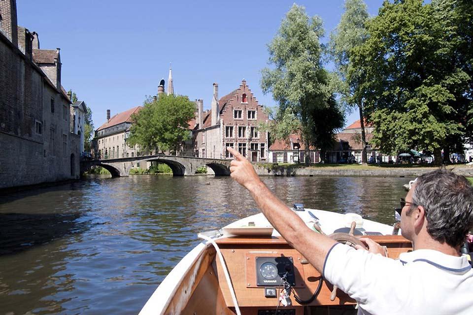 Bruges è disseminata di canali che rendono la città particolarmente piacevole d'estate.