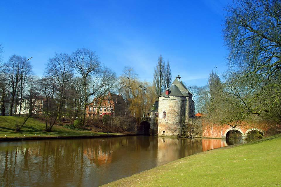 La campagna circostante Bruges è caratterizzata da vaste piane agricole disseminate di siepi.