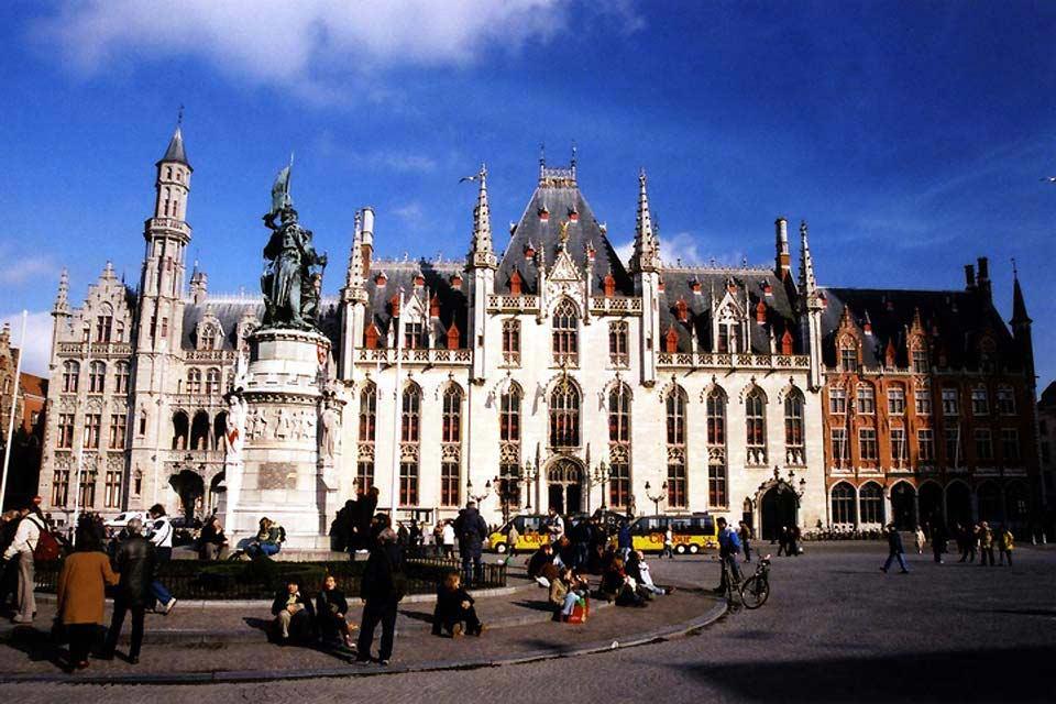 Questo edificio, che risale alla fine del XIV secolo, è il più antico delle Fiandre. La sua architettura caratteristica in stile fiammingo impressiona i visitatori.