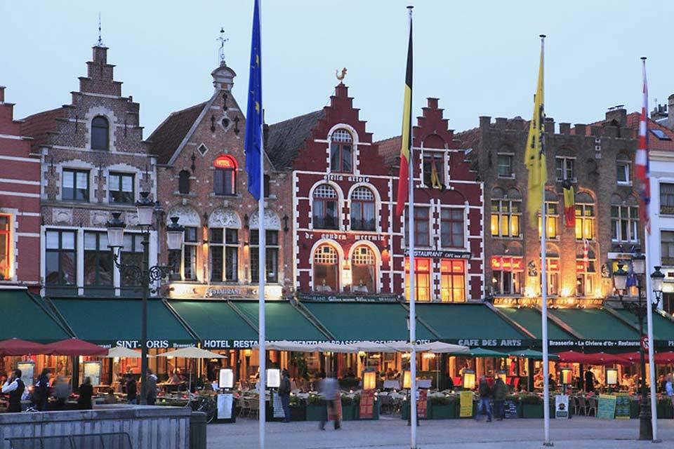 La Grand-Place o piazza del mercato è circondata da abitazioni nel tipico stile fiammingo.