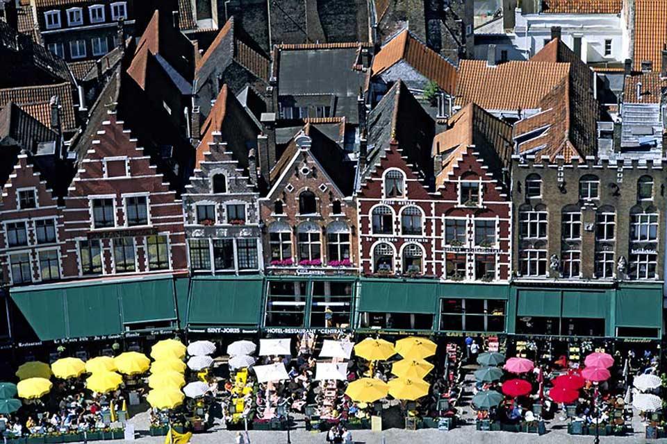 """Capoluogo delle Fiandre Occidentali, la cosiddetta """"Venezia del Nord"""" è la località preferita dagli innamorati per la sua atmosfera romantica."""