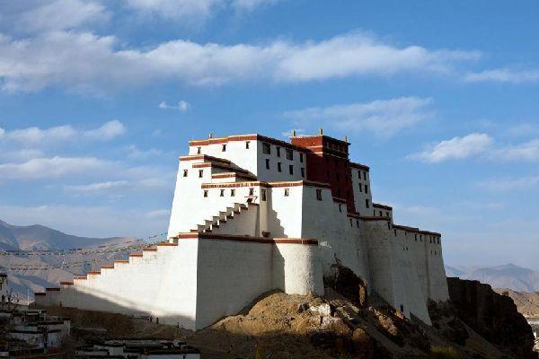 La petite ville de Gyantse a préservé son caractère tibétain et les murailles du Dzong, citadelle prise par les Anglais en 1904. Plusieurs monastères sont à visiter, dont le Stûpa aux cent mille figures (Kumbum)....