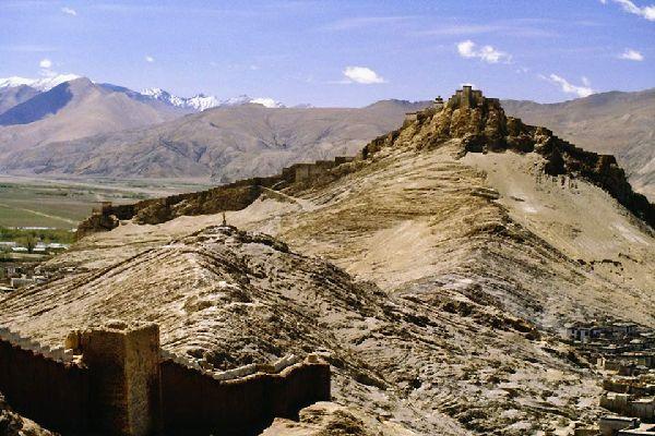Située à 3.977 mètres d'altitude, Gyantse est traversée par la Friendship Highway qui la relie à Kathmandu et à Lhassa.