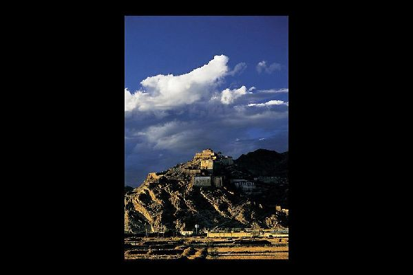 Gyantse est dominée par une forteresse que les anglais considéraient pendant l'occupation comme l'un des endroits les plus difficiles à conquérir en Asie centrale.