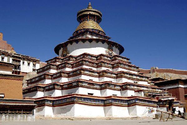L'intérêt principal de la ville est le monastère Palkhor Chode, qui remonte à l'année 1418.