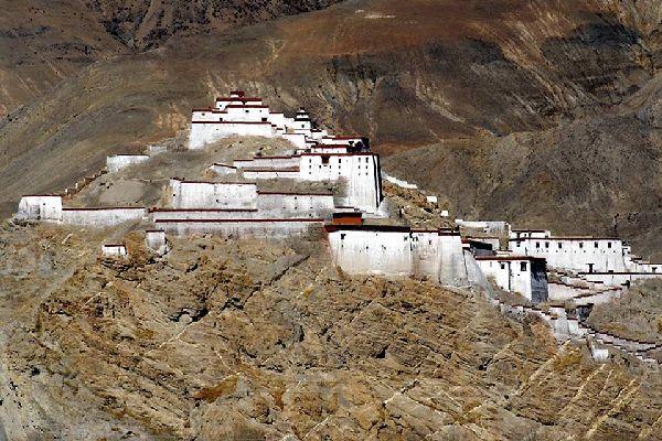 Plusieurs monastères sont à visiter, dont le Stûpa aux cent mille figures (Kumbum).