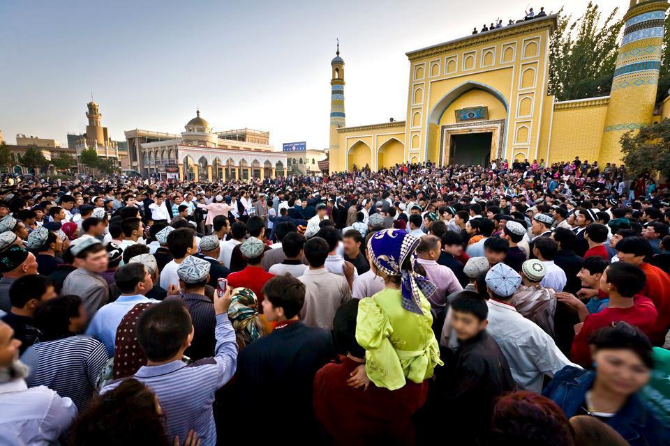 Kashgar est la cité-marché de la Chine islamique. L'ultime étape chinoise de la route de la Soie est le second point fort de ce périple. La présence de Chinois Hans est noyée parmi les Ouïgours, Tadjiks, Kirghiz, Ouzbeks et les commerçants venus du Pakistan, Kazakhstan... La mosquée id Kah (Aitika) rassemble des milliers de musulmans sur son parvis à l'heure de la prière et l'architecture du mausolée ...