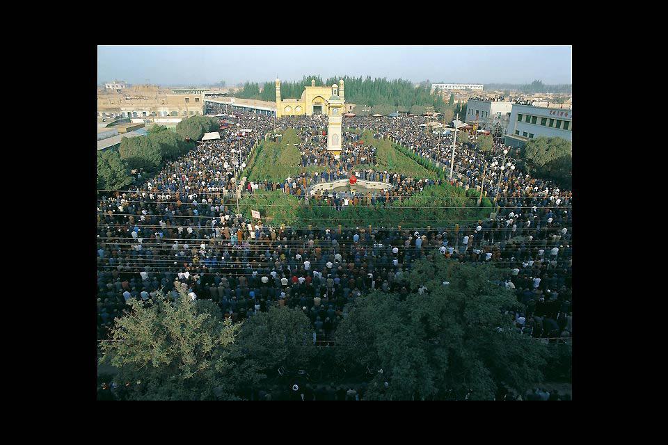 La prière du vendredi est suivie par plus de 10 000 fidèles. Elle s'étend sur 16800 m².