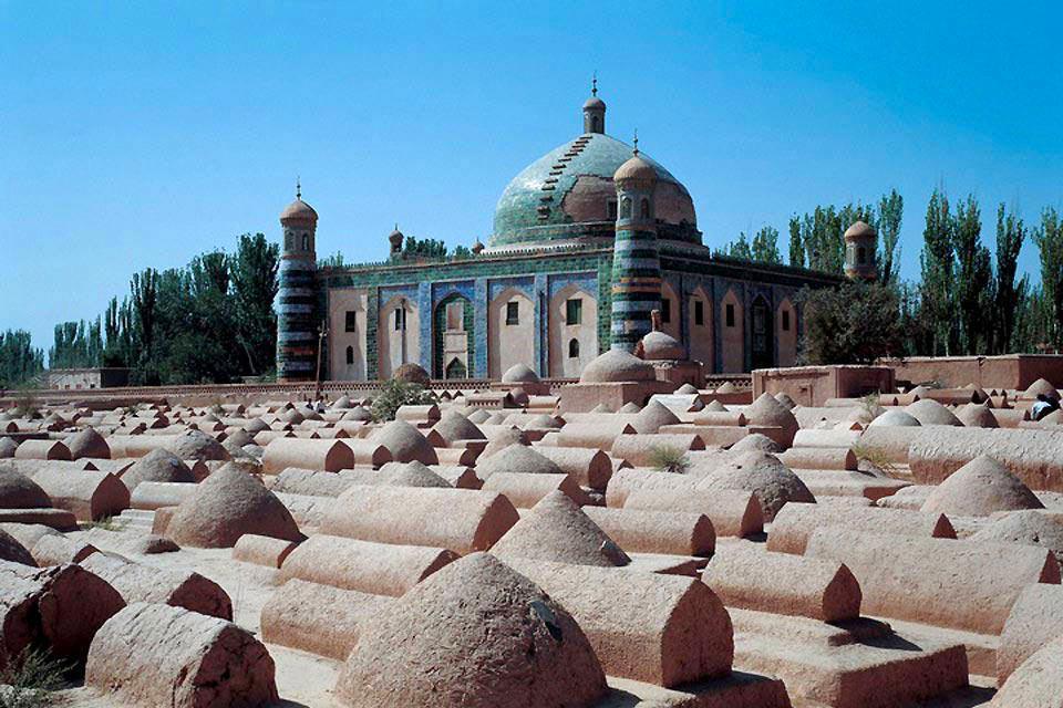 A l'origine, le site de la mosquée d'Id Kah était un cimetière. Le gouverneur de Kashgar y fit construire en 1442 l'édifice religieux pour pouvoir prier ses parents disparus.