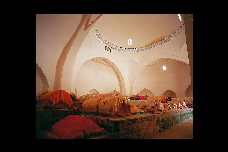 Ce monument a été créé en 1640 à la mémoire d'un missionnaire islamique. Les façades sont composées de mosaïques.