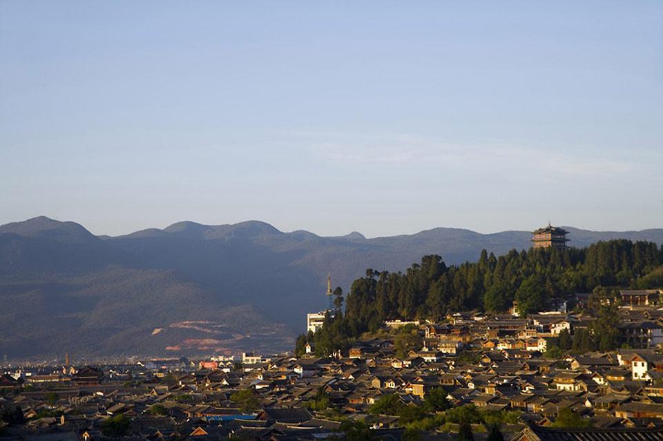 Lijiang est une ville idéale pour se détendre ou pour partir en randonnée dans les gorges du Saut du Tigre, aux montagnes du dragon de Jade ou à Wenhai.