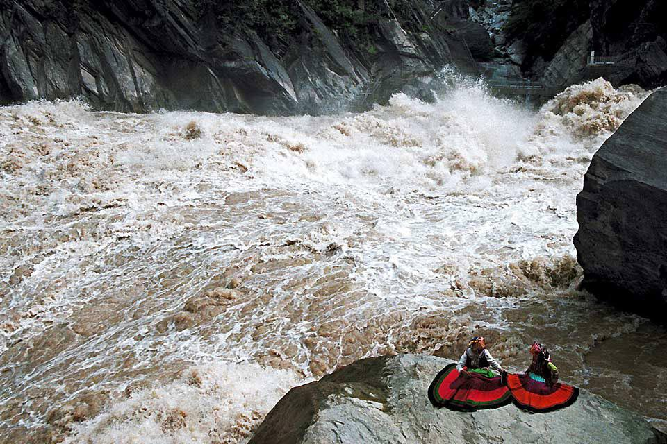 The Tiger Leaping Gorge is a canyon on the Yangtze river. You can admire the impressive cliffs here.