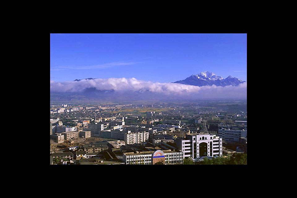 Cette ville est l'une des plus anciennes du Yunnan. Elle est classée au patrimoine mondial de l'Unesco.