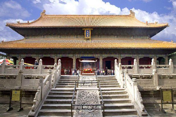 La aldea natal de Confucio ha conservado sus murallas de tierra que rodean el majestuoso conjunto de templos edificados hacia 1724.
