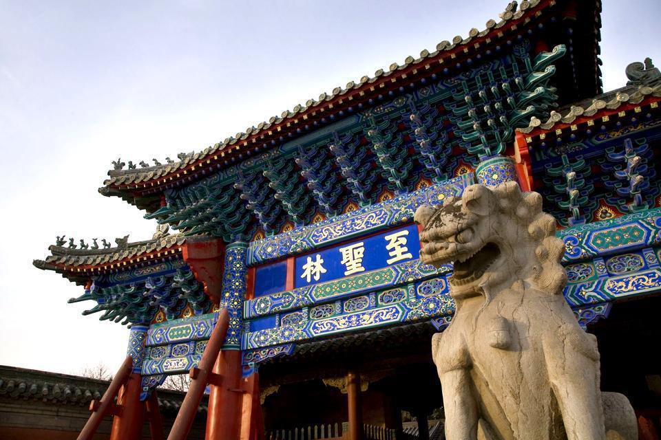 Qufu est situé au sud-est de Pékin dans la province du Shandong. Compter 12 h en train avec changement à Ji'an. Le village natal de Confucius a préservé ses murailles de terre qui entourent le majestueux ensemble de temples édifiés vers 1724, dédiés au grand sage et à ses descendants. Le lieu est devenu très touristique mais garde un charme sans égal. Une grande fête est organisée le 28 septembre, ...
