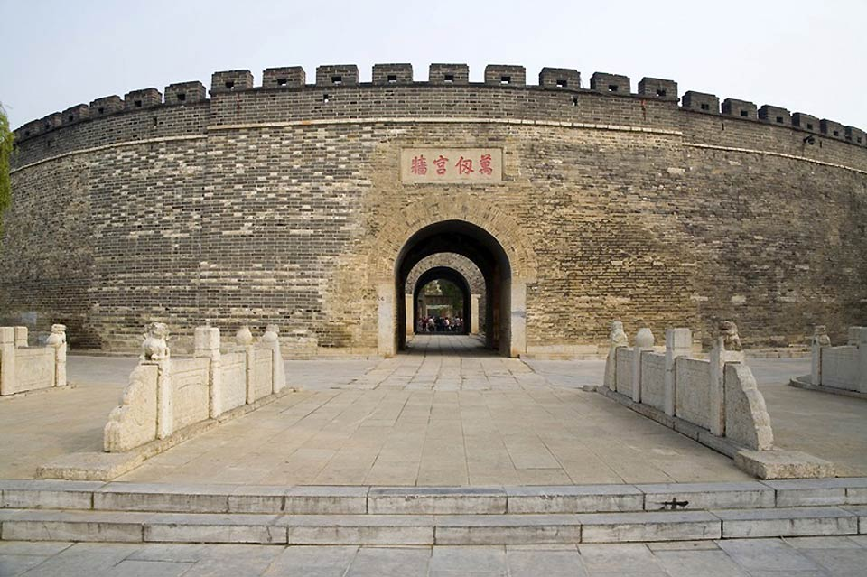 Behind this wall lies the temple, the residence and the cemetery where Confucius was buried.