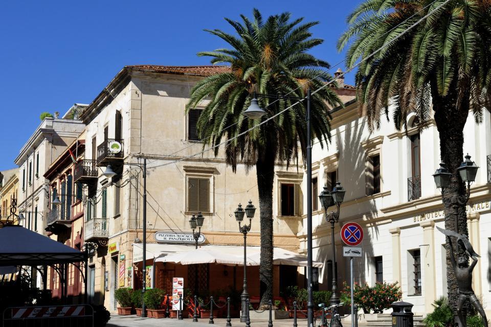 El corso Umberto I constituye la espina dorsal del centro de la ciudad de Olbia. Cuenta con muchas tiendas y restaurantes.