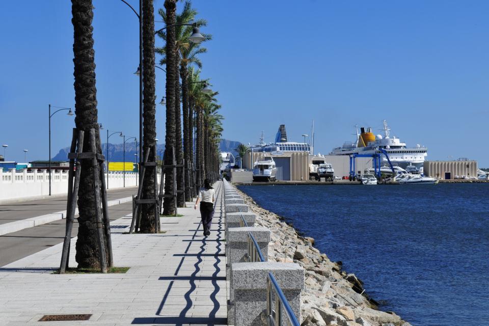 Una reciente y larga avenida bordeada de palmeras lleva del puerto antiguo a la terminal de ferris de Olbia.