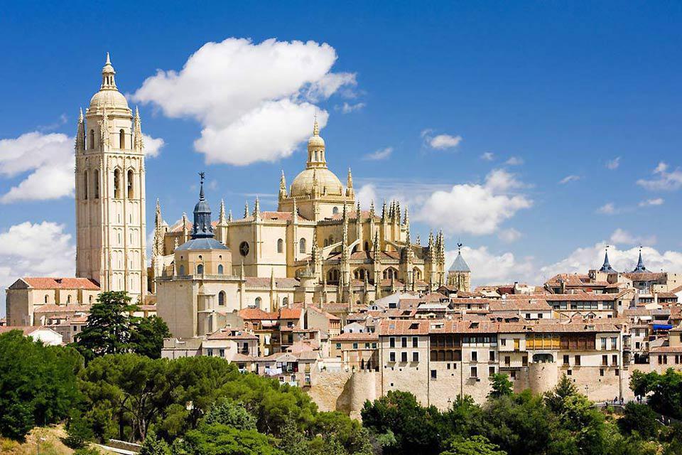 Sa construction commença au XVIème siècle. Aujourd'hui elle domine toujours la ville.