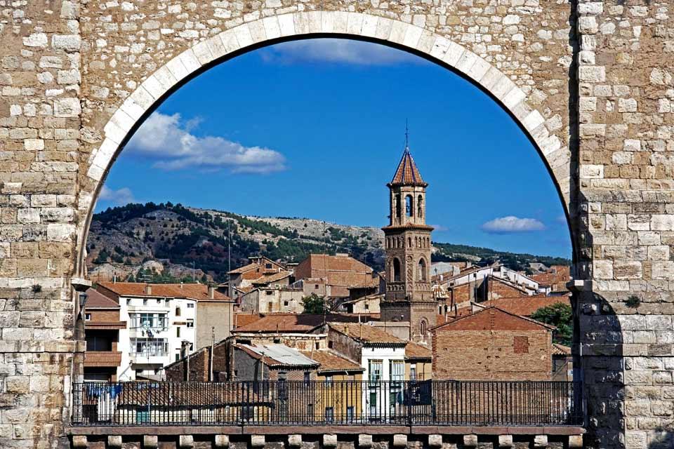 Teruel am Zusammenfluss des Río Guadalaviar und Río Alfambra ist die Provinzhauptstadt mit der geringsten Einwohnerzahl Spaniens. Doch verfügt die Stadt über ein bedeutendes architektonisches Erbe, überwiegend Mudéjar-Architektur, weswegen sie zum Weltkulturerbe der UNESCO erklärt wurde. Obwohl sie über viele andere interessante Bauwerke wie das Aquädukt Los Arcos im Renaissancestil oder den Palast ...