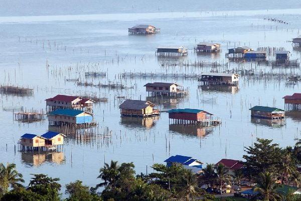 Battambang s'étend à 40 km à l'ouest du Tonlé Sap. Bien qu'elle soit la deuxième ville du pays, elle ressemble davantage à un gros bourg de province installé sur une grande plaine fertile. L'aspect le plus drôle réside justement dans ce décalage, ce mélange de modernité et d'archaïsme. Ici tout semble figé. Seuls les cybercafés et les boutiques de téléphones portables rappellent que nous sommes bien ...
