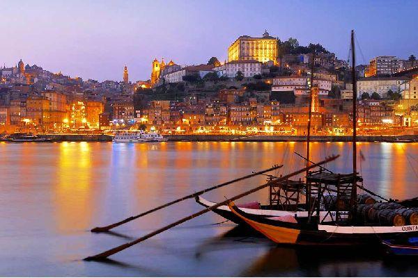 Seconda città del Portogallo, Porto non ambita quanto la sua collega, la bella Lisbona. E tuttavia, i punti forti della città non mancano e si scoprono durante le passeggiate in un centro città a misura d'uomo. E' piacevole passeggiare nelle stradine lastricate, raccogliersi in preghiera all'interno delle sue chiese barocche, passeggiare nei suoi giardini, incamminarsi lungo la sponda del suo fiume ...
