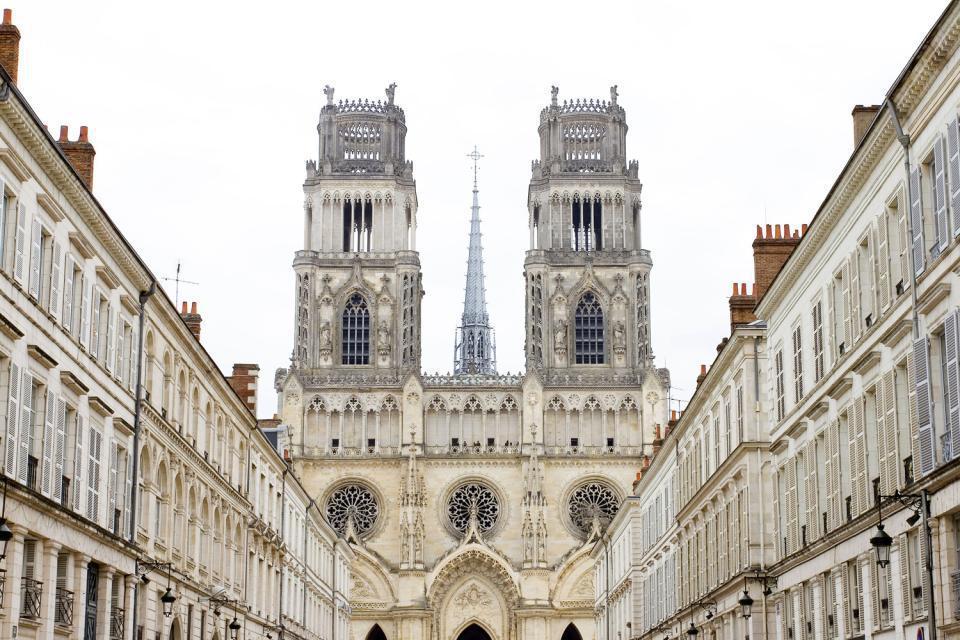 A 2 heures de Paris, la ville d'Orléans recèle de monuments historiques. Classée Ville d'Art et d'histoire, la capitale régionale du Centre est liée à une grande personnalité française, Jeanne d'Arc. Symbole universel reconnue à travers tous les pays comme la liberté, la combativité et la bravoure, représentant l'idéal du courage sous toutes ses formes, Jeanne d'Arc délivra la cité des Anglais en 1429. ...