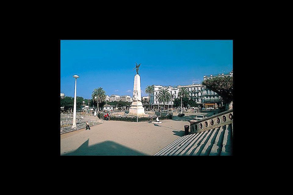 Sur la place du 1er novembre se trouve le Théâtre National algérien, théâtre lyrique d'Oran.