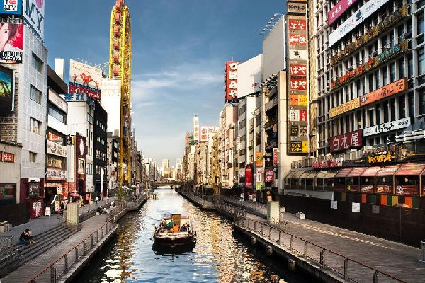 Little restaurants, bars and theatres are lined up one after the other along the Dotombori river, creating a festive and colourful ambiance.