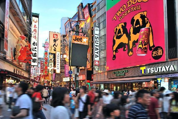 Among the extravagant signs and neon lights of the bars and restaurants in Dotombori, you will come across comedians, actors and artists both day and night.