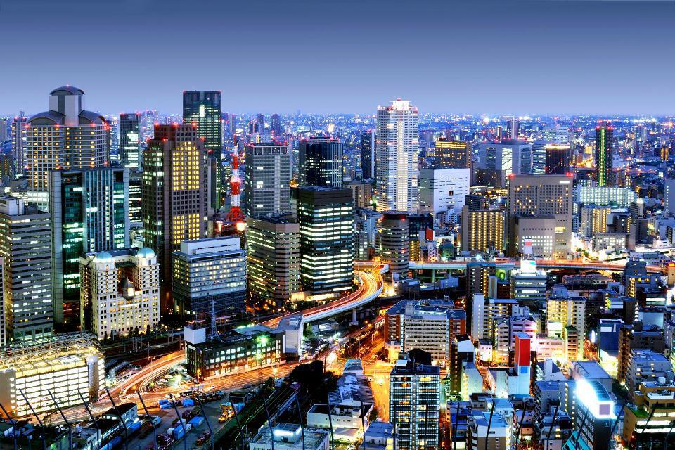 La ville d'Osaka, anciennement connue sous le nom de Naniwa, se trouve au centre du Japon. Elle est traversée par de multiples rivières dont la principale se nomme le Yodo. Son château mérite que l'on s'y attarde. Installé sur les hauteurs de la ville, la vue y est imprenable. Le parc qui l'entoure se montre très agréable, surtout au printemps lorsque les cerisiers sont en fleurs. Ne ratez pas non ...