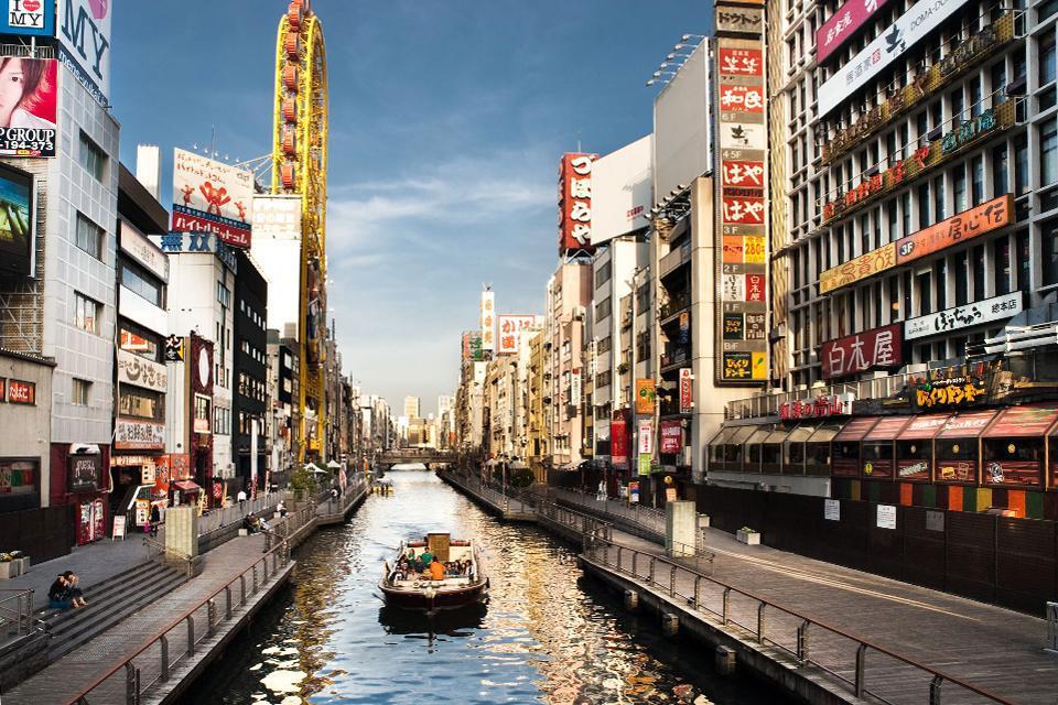 Dans ce quartier, petits restaurants, bars et théâtres se succédent le long du canal de la rivière Dotombori dans une ambiance festive et colorée.