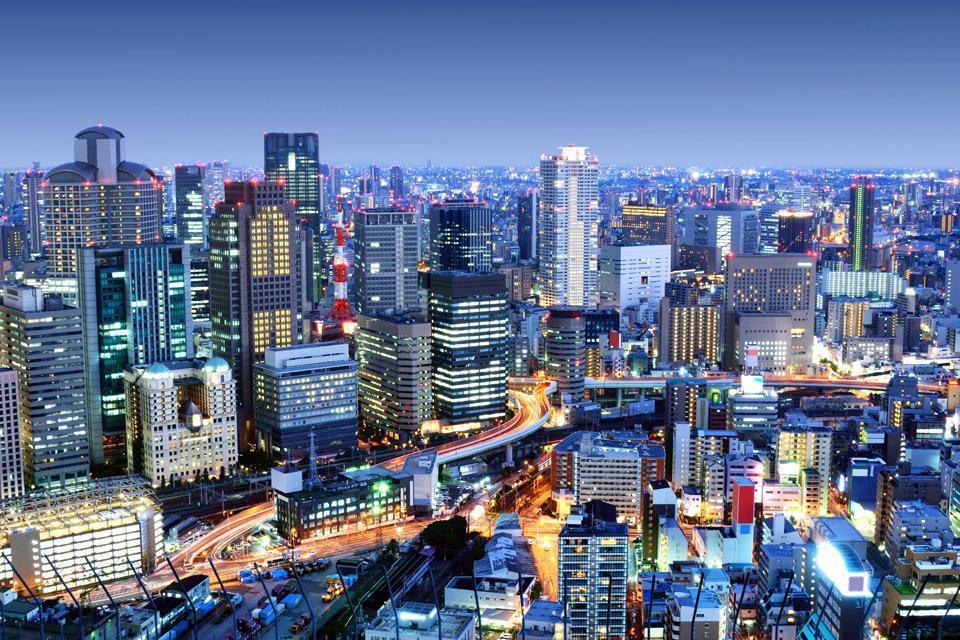 Malgré son architecture moderne, Osaka a conservé un art de vivre qui lui est propre à travers ses restaurants, sa vie nocturne et son dialecte, l'Osaka-ben.