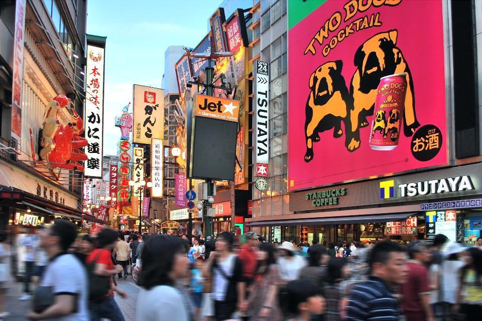 A Dotombori, entre les enseignes extravagantes et les néons géants des bars et des restaurants, des humoristes, acteurs et artistes se produisent jour et nuit.