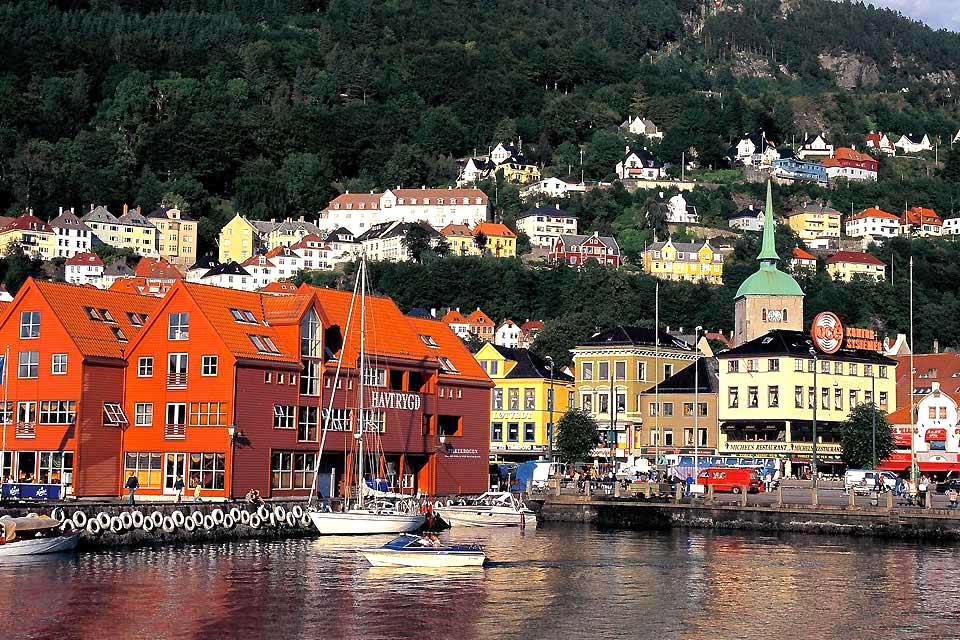 Capitale de la Norvège, Oslo sait surprendre par son environnement naturel et ses richesses culturelles.  Ville de tous les contrastes, cette petite capitale de 500 000 habitants charmera les amateurs d'art. Dotée de 41 musées, de nombreuses galeries et d'oeuvres d'art dispersées dans les lieux publiques, Oslo, la ville du prix Nobel, révèle l'art dans tous ses états. Sa diversité architecturale en ...