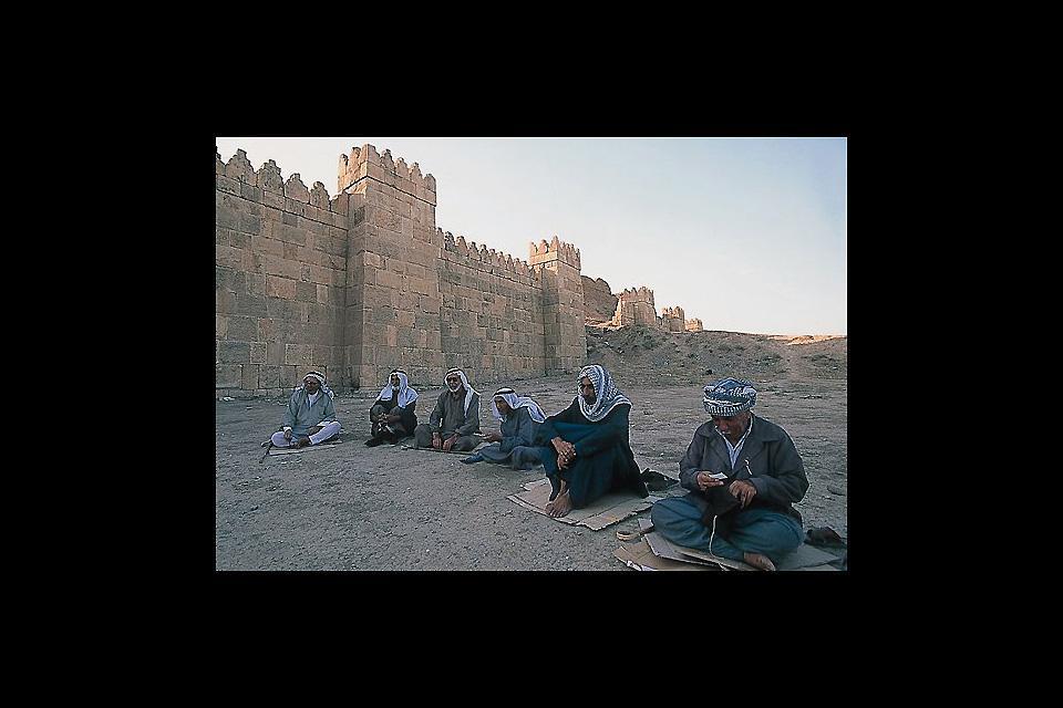 Terza città irachena,  fu capitale assira (l'antica Ninive), centro arabo, conquista ottomana. E' rinomata la produzione di tessuti, come la mussolina, che da qui trae il nome