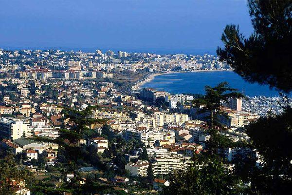Juan-les-Pins è un quartiere della città di Antibes nel cuore pulsante della French Riviera. Si tratta del passaggio obbligato tra Cannes e Nizza, per gli amanti del dolce far niente, riposo e spiagge di sabbia. Antica frazione di pescatori fondata nel 1882, Juan-les-Pins è attualmente una città piena di turisti in estate.  Questa cittadina balneare ha visto passare grandi nomi: da Gilbert Bécaud ...
