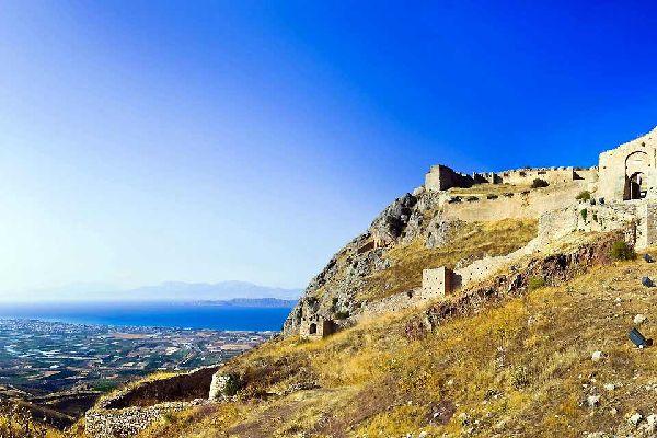 La región de Corinto constituye la primera etapa de un circuito cuando se viene de Atenas. Es especialmente interesante para los apasionados por la arqueología. Los demás quizás se sientan algo decepcionados por los grandes campos de ruinas que constituyen la mayoría de lugares de esta parte del país. En cambio, el canal de Corinto, a 80 kilómetros al oeste de Atenas, sigue siendo impresionante. Con ...